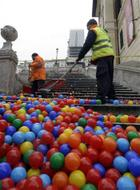 Rubber_ball_on_spansih_steps